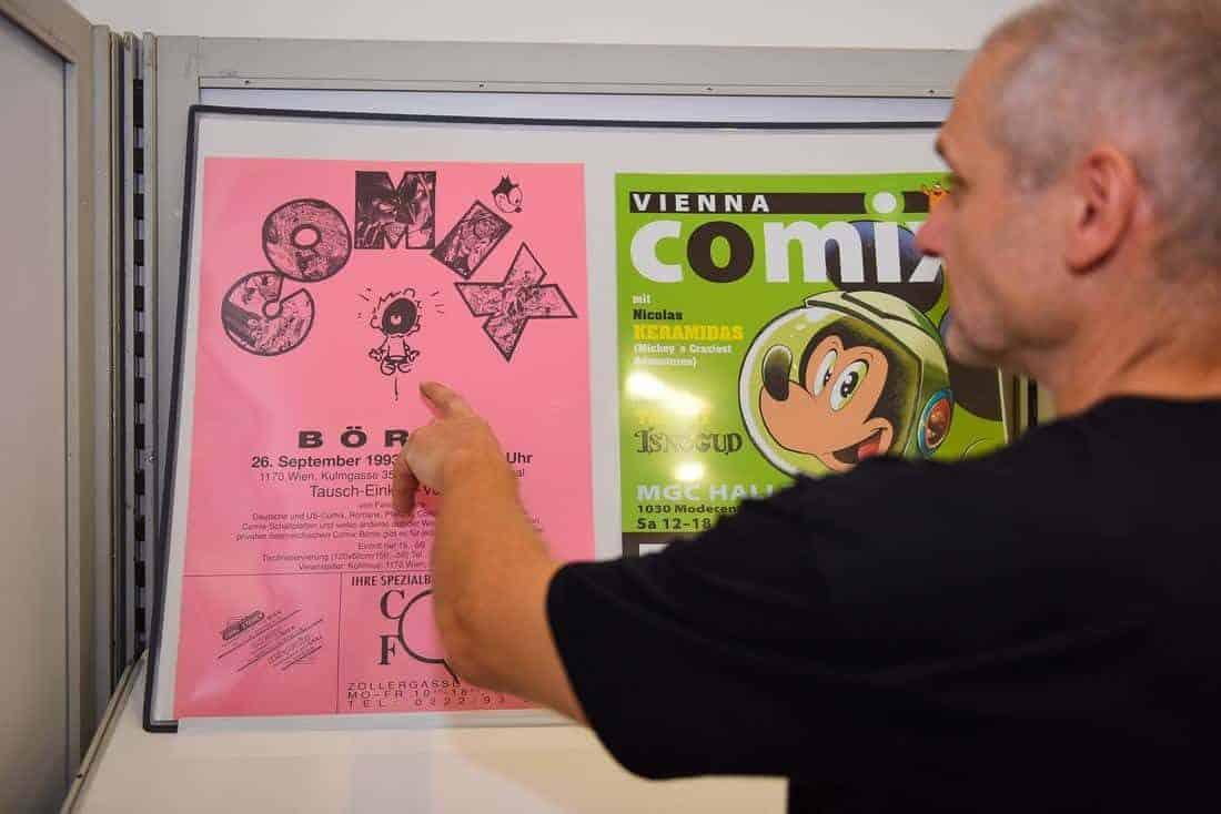 Martin Erasmus mit alten Vienna COMIX Plakaten. Foto: Karolina Golab